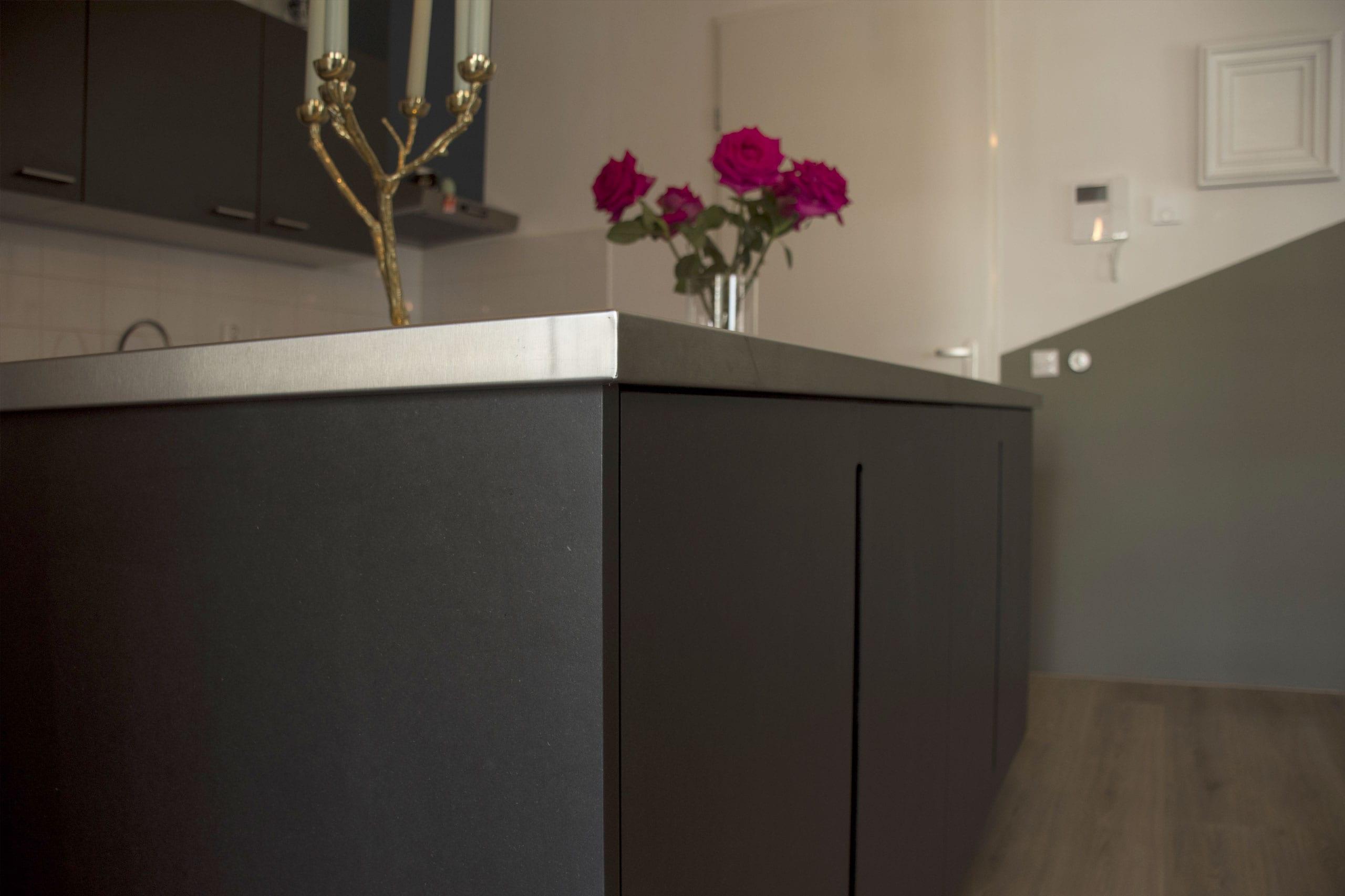 kookeiland-zwart-ontwerp-op-maat-zijkant